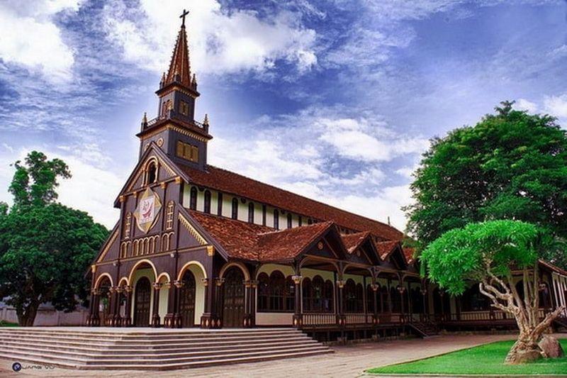 Tham quan nhà thờ gỗ Kon Tum
